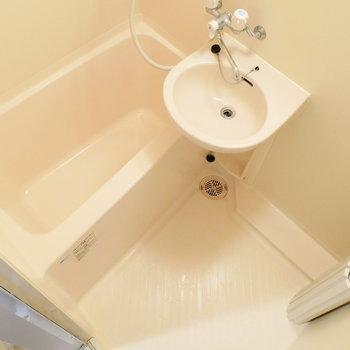お風呂は2点ユニット。※写真は1階の同間取り別部屋のものです