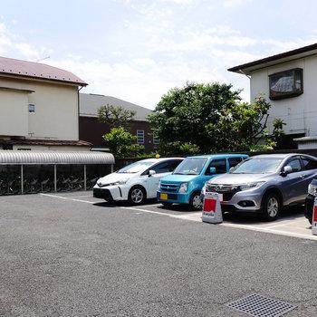 駐輪場と駐車場。カーシェアステーションあります!