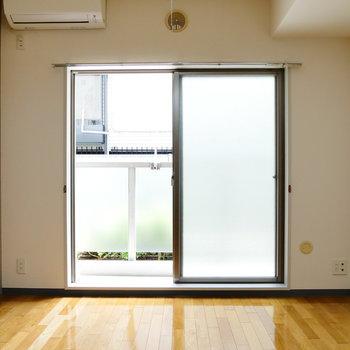窓は南東向きで、明るさあります! ※写真は1階の同間取り別部屋のものです