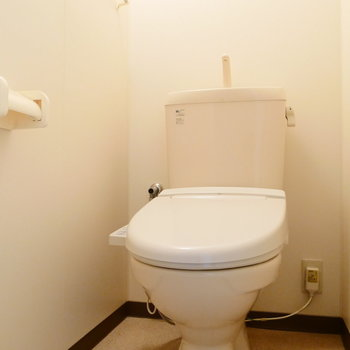 トイレは個室! 温水洗浄機能付◎ ※写真は1階の同間取り別部屋のものです