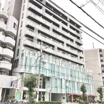 1~2階にオフィスの入る大きめのマンション。