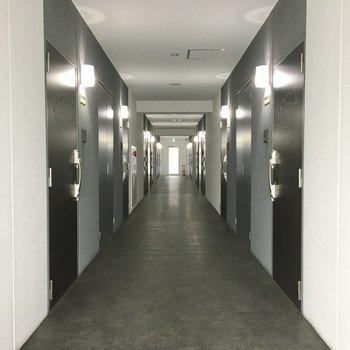 共用部】廊下は室内だから雨の心配もなし。