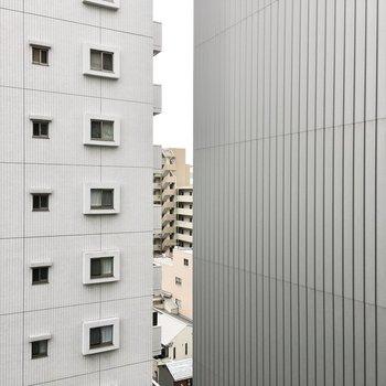 眺望はマンションと立体駐車場。