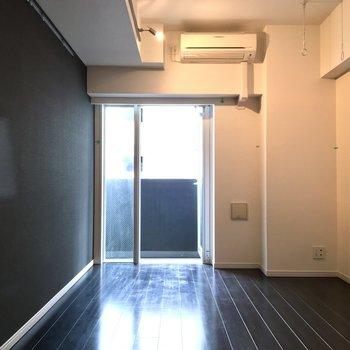 天井と床、両サイドの壁、キレイにモノクロです……。