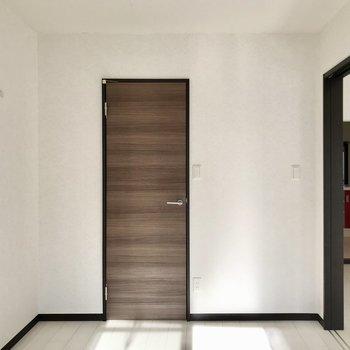 【洋室】扉がシック。