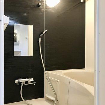 お風呂場のクロスは黒。また良し!