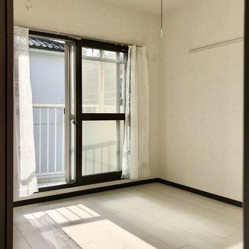 【洋室】二重窓で防音対策。