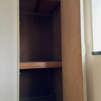 【洋室4.5帖①】こちらには2段の収納があります