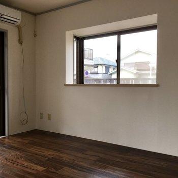 【洋室6帖】角部屋なので小窓も付いています
