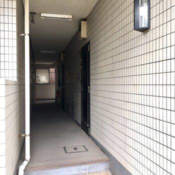 外から見ると玄関は奥まっています