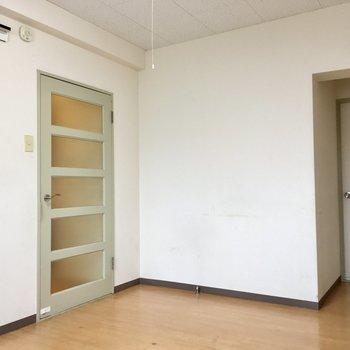 【DK】玄関へ続く扉の色がお部屋のアクセントになっています