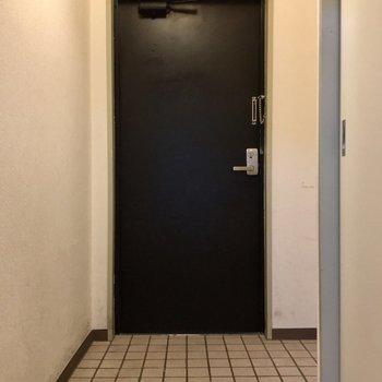 横にも広い玄関です