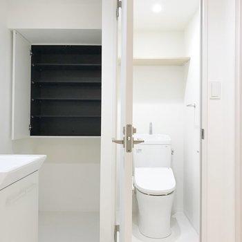 真っ白なんです!清潔感のあるトイレと収納棚。※写真は1階の同間取り別部屋のものです