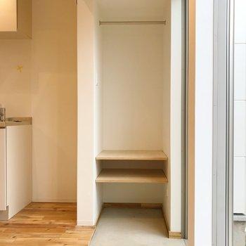 玄関にオープンクローゼット。※写真は1階の同間取り別部屋のものです
