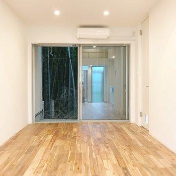 壁一面の窓…!開放感あります。※写真は1階の同間取り別部屋のものです