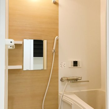 お風呂はブラウンをアクセント。雨の日はここに洗濯物を。※写真は1階の同間取り別部屋のものです