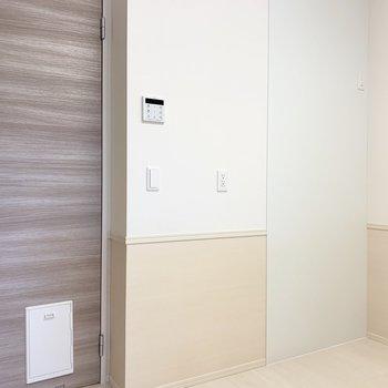 【LDK】キッチンの後ろ。コンセントが充実しています。※写真は1階の同間取り別部屋のものです