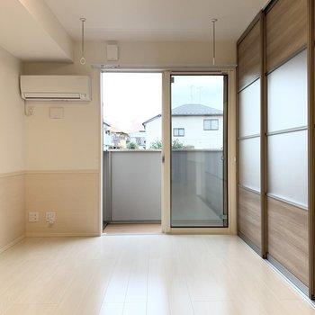 【LDK】壁はバイカラーでナチュラルな雰囲気です。※写真は1階の同間取り別部屋のものです