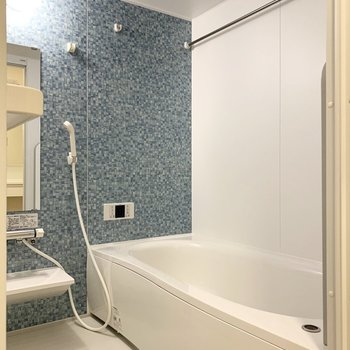 青の壁が爽やかなバスルーム。浴室乾燥機付きです。※写真は1階の同間取り別部屋のものです