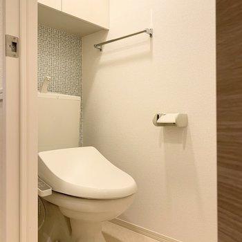トイレの壁も爽やかな水色。※写真は1階の同間取り別部屋のものです