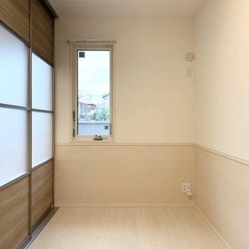 【洋室】こちらはベッドルームかな。※写真は1階の同間取り別部屋のものです