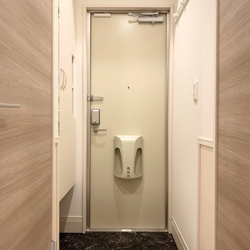 玄関の照明はセンサーで光ります。※写真は1階の同間取り別部屋のものです