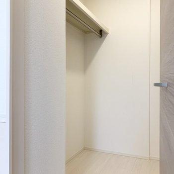 【洋室】服は全てこちらに入りそうですね。※写真は1階の同間取り別部屋のものです
