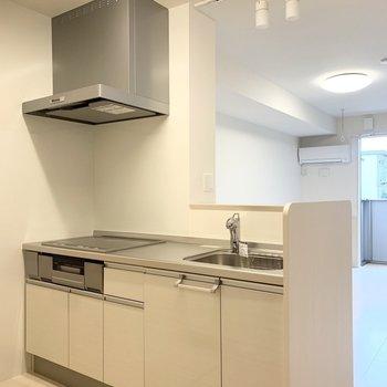 【LDK】キッチンは余裕のある広さ。※写真は1階の同間取り別部屋のものです