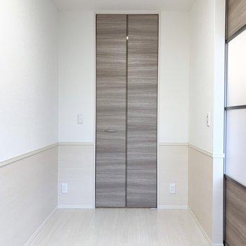 【洋室】奥の扉はウォークインクローゼット。※写真は1階の同間取り別部屋のものです