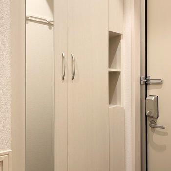 全身鏡が付いているのでお出かけ前に身だしなみチェックができますね。※写真は1階の同間取り別部屋のものです