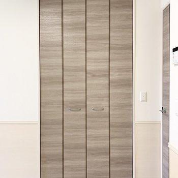 【LDK】お部屋の入り口に収納があります。※写真は1階の同間取り別部屋のものです