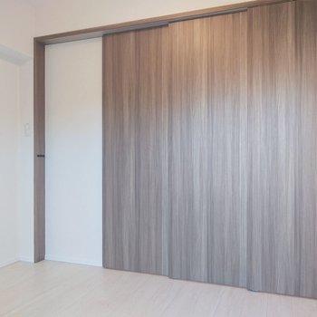 引き戸を閉めることで、お部屋は2部屋に。※写真は2階の同間取り別部屋のものです