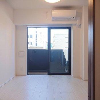柔らかな床色や壁色を、扉のブラウンが引き締めています。※写真は2階の同間取り別部屋のものです