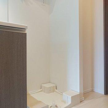キッチンの横は洗濯機を置けるようになっています。※写真は2階の同間取り別部屋のものです