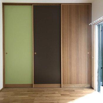 ナチュラルなカラーの扉が3枚。実はこれ、クローゼットです!