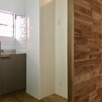 冷蔵庫は後ろへ。木の壁が目隠しになっています◯