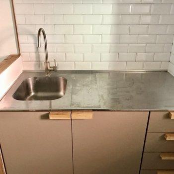 シンクはコンパクトサイズ。横に水切り棚を置いて、洗い物はこまめにね!取っ手が素敵