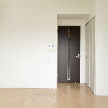 白を基調としているので好きな家具でも合いそう◯※写真は8階の反転間取り別部屋のものです