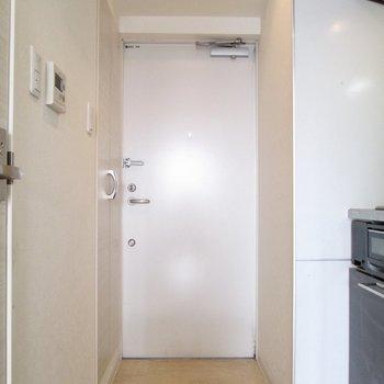 玄関はコンパクトに。※写真は8階の反転間取り別部屋のものです