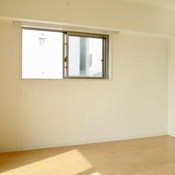 こちらにベッドを置こうかな。※写真は8階の反転間取り別部屋のものです