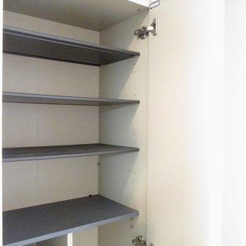 シューズボックスはたくさん。※写真は8階の反転間取り別部屋のものです