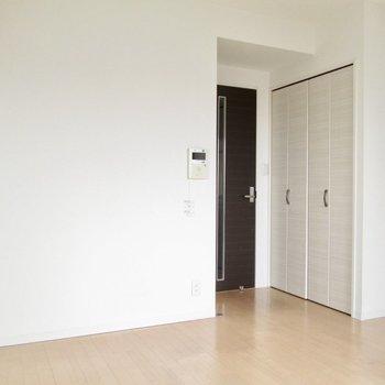 収納は扉の前に。※写真は8階の反転間取り別部屋のものです