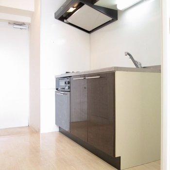 キッチンは広々と。※写真は8階の反転間取り別部屋のものです