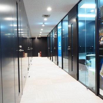 清潔感のあるオフィス廊下