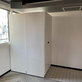 玄関入ると目の前に大きな可動式収納ボックス2つが、、これはスルーできない