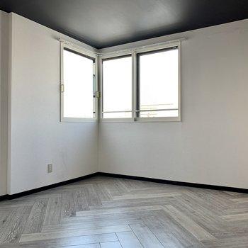 こちらは洋室。洋室の窓は北西向きで日当たりはちょっと優しめ