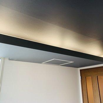 間接照明もおしゃれ◎黒い天井と相性抜群