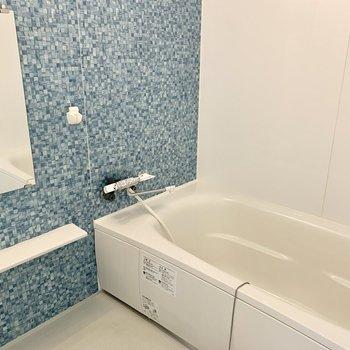 爽やかなアクセントシート◎浴槽も大きいですよ〜