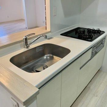 ホワイトで清潔感のあるキッチン
