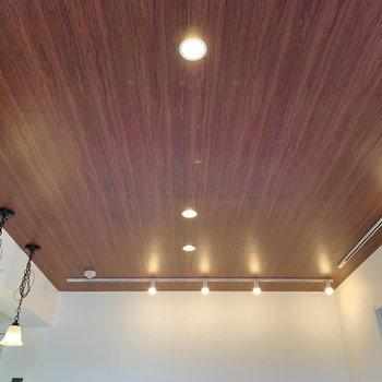 天井はウッド調でぬくもり感◎照明でにぎやかになってます。